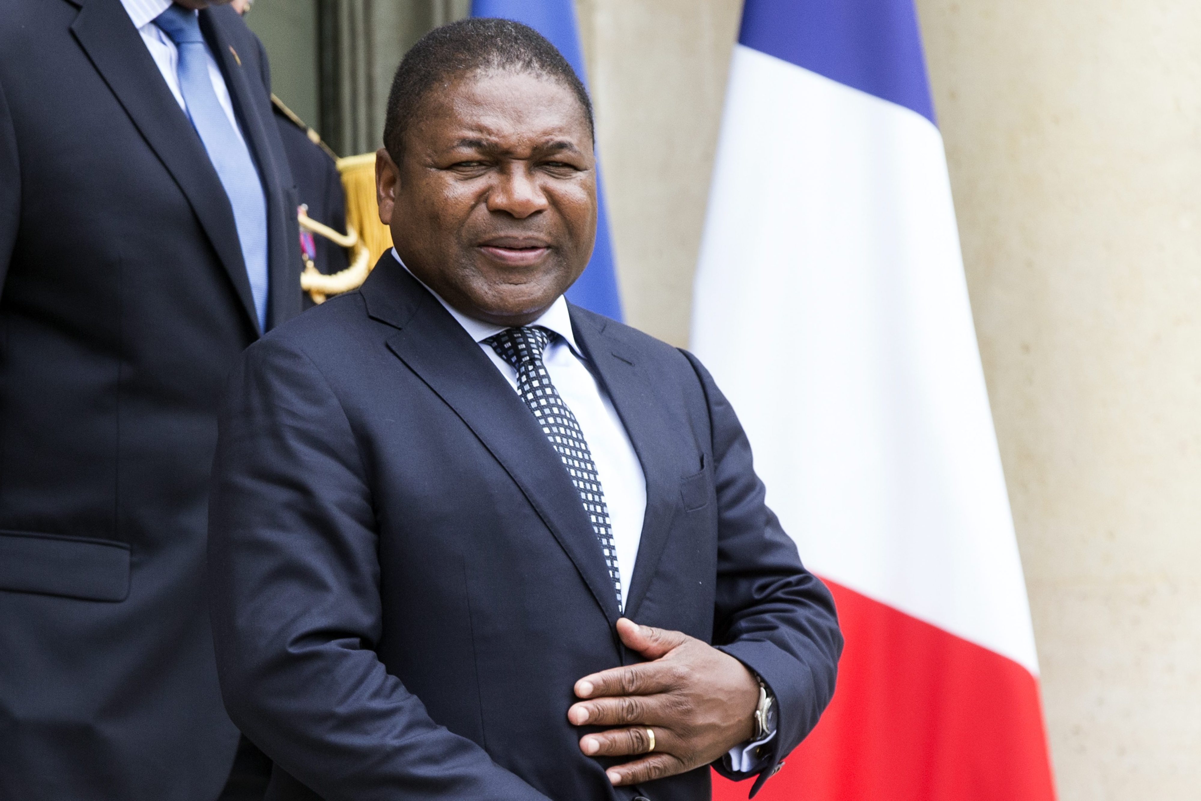 epa04854064 Mozambican President Filipe Nyusi leaves the Elysee Palace after a meeting with French President Francois Hollande (not pictured) in Paris, France, 20 July 2015. Nyusi is in France to beoost economic ties wih France on Moazmbique's natural resources. EPA/ETIENNE LAURENT